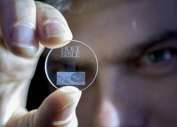 Мини кварцевые диски хранят данные миллиарды лет
