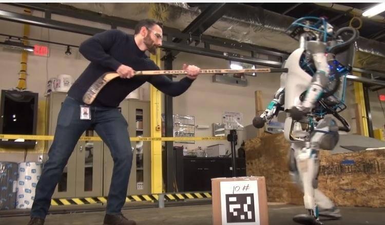 20586 Робот ATLAS гуляет по заснеженному лесу