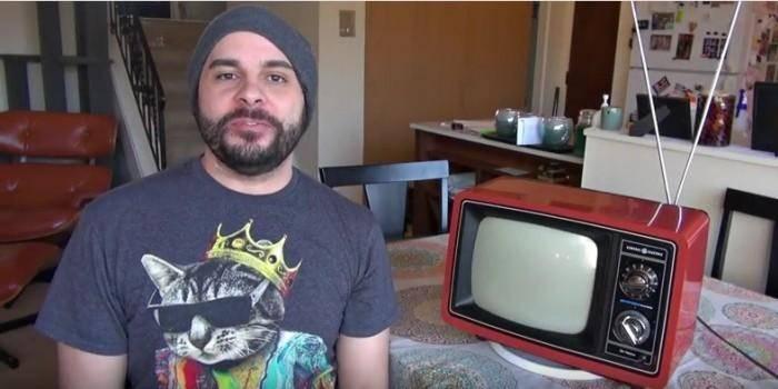 Американец подключил устаревший телевизор к интернету