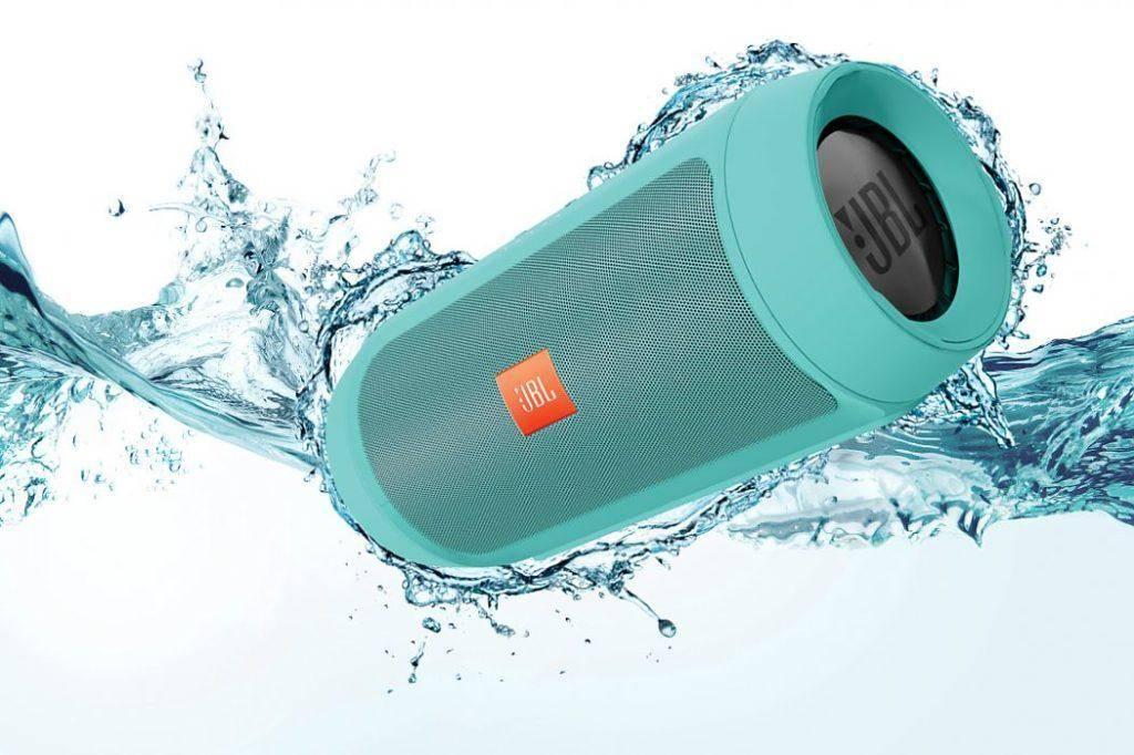 Беспроводную колонку JBL Charge 3 можно полностью погружать в воду