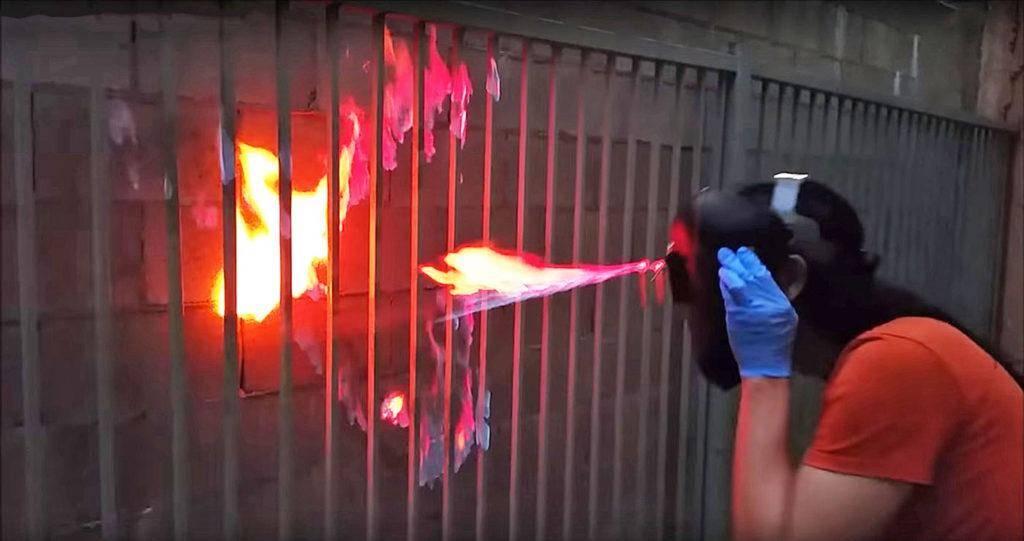 Шлем, стреляющий струями огня