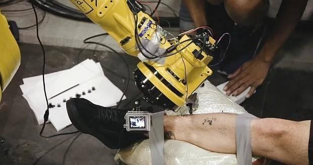 Первый в мире робот-татуировщик