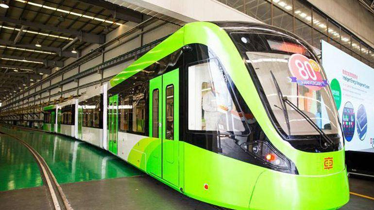 Китайский трамвай без проводов заряжается во время остановок