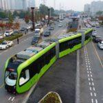 42979 Безрельсовый электропоезд колесит по обычной дороге в Китае (9 фото + 2 видео)