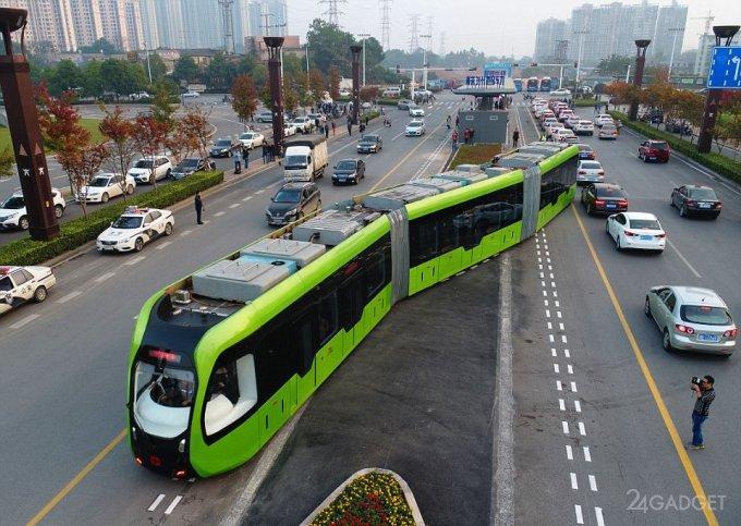 Безрельсовый электропоезд колесит по обычной дороге в Китае (9 фото + 2 видео)